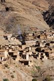village en pierres dans les montagnes arides au Maroc