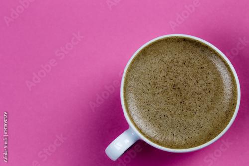 Poster eine Tasse mit Espresso steht auf einem roten Tisch