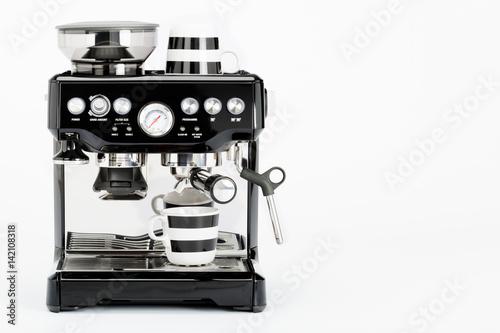 Odosobniony czarny ręczny kawowy producent z kawowymi kubkami na białym tle, frontowy widok