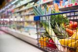 Einkaufswagen voller Einkäufe in einem Supermarkt - 142142188