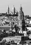 Panorama Paryża: kościoły Sainte-Trinite i Sacre-Coeur w czerni i bieli