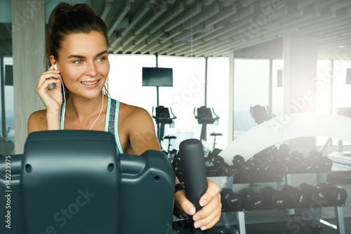 Póster Sporty woman in the gym