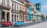 """Hauptstraße in Havanna """"Calle Paseo de Marti"""" mit alten restaurierten Häuserfronten und Oldtimer auf der Straße"""