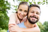 Verliebtes Paar umarmt sich glücklich