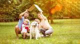 Fototapety Familie mit Dach über Kopf als Symbol für Hausbau