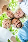 Glücklicher Mann und seine Familie