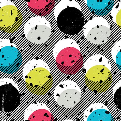 Stoffe zum Nähen Pop-Art Stil nahtlos drucken. Gelb, Cyan, blau, schwarze Kreise auf diagonale Linien Hintergrund und chaotischen Teilchen Muster. Abstrakte Mode Seamless Pattern.