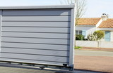 portail en alu gris ouvert sur maison - 142499332