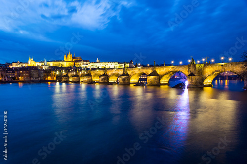 Poster Charles Bridge (Karluv Most) at night, Prague