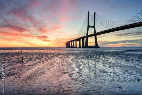 Wschód słońca płonący dzień przy Vasco Da Gama mostem w Lisbon