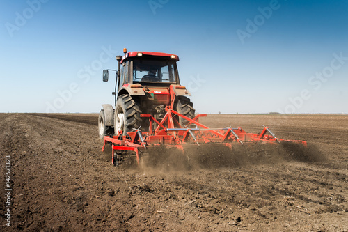 Poster Tractor preparing land