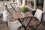 terrasse restaurant décorée avec un bouquet de jonquilles - 142578573