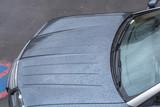 Wassertropfen auf einer Auto Motorhaube.