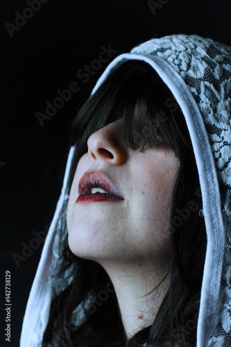 Poster Retrato de terror de una mujer espectral con capucha de encaje a la que no se le