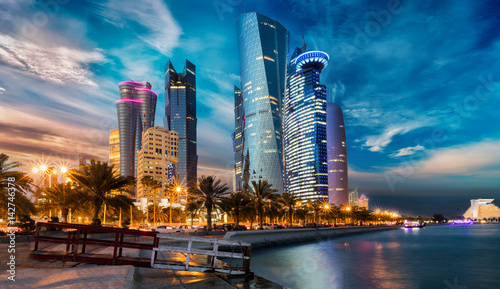 Leinwanddruck Bild Doha City in Katar bei Sonnenuntergang