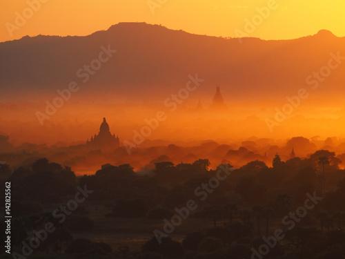 Sonnenuntergang über Bagan, Myanmar Poster