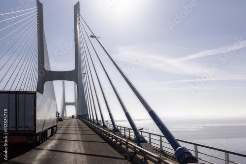Transporte terrestre por carretera. Camión frigorífico cruzando el puente.