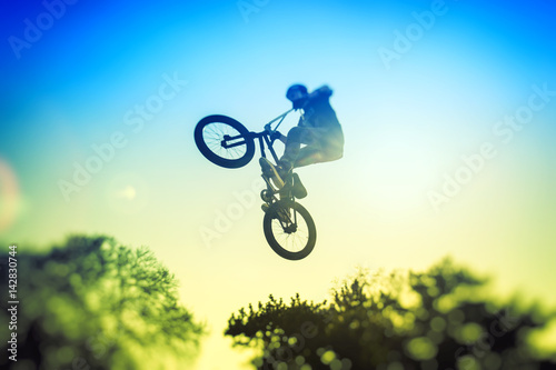 Wysoki skok BMX w skate parku. Akrobacje BMW
