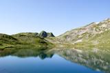 Bergkette spiegelt sich in Bergsee