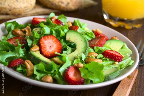 Frischer Salat aus Erdbeere, Avocado, Blattsalat und Cashewkerne, fotografiert mit natürlichem Licht (Selektiver Fokus, Fokus ein Drittel in den Salat)