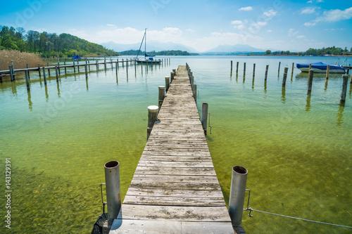 footbridge-na-chiemsee-na-wiosna-dniu-gorny-bavaria-w-niemcy