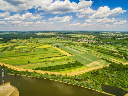 Krajobraz wiejski widok z lotu ptaka. Rzeka Wisła i pola uprawne rozciągające się po horyzont.