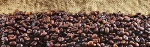 Foto op Plexiglas Panoramafoto s Fried coffee beans on jute. Panorama.