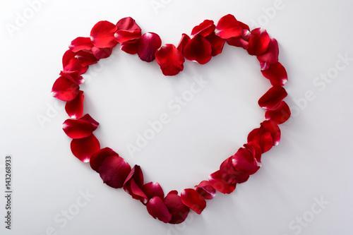 Foto Murales Romantic heart from rose petals