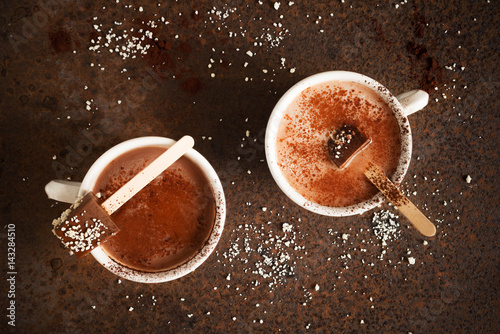 Aluminium Chocolade Two cups of hot chocolate with cocoa powder Chocolate on stick Top view