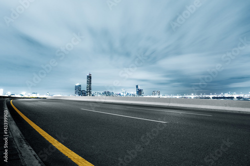 empty road with cityscape and skyline - 143399903