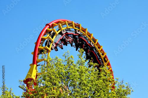 Deurstickers Amusementspark Achterbahn mit Achterbahnzug im Looping