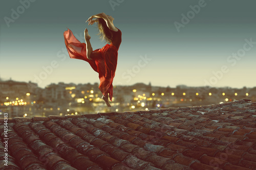 Plakat Tänzerin vor beleuchteter Stadt