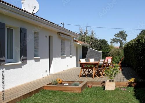 façade de maison et terrasse en bois exotique - 143708718