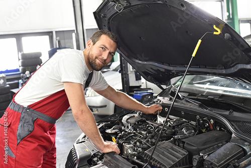 Automechaniker in einer Werkstatt