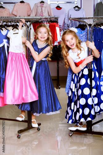 Fotografiet shopping little girls