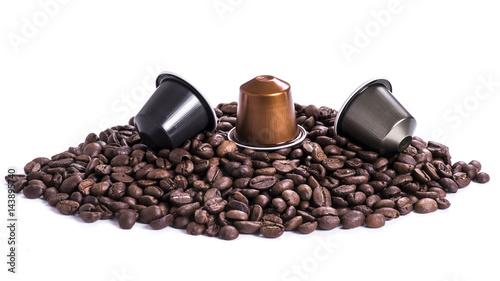 Papiers peints Café en grains café en grain et capsules sur fond blanc