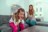mutter streitet mit wütenden kind und belehrt und erzieht es - 143906117