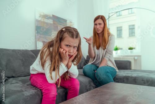 mutter streitet mit wütenden kind und belehrt und erzieht es