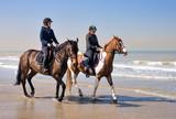 jeunes cavalières sur la plage - 143914334
