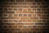 Backsteinmauer mit dunkler Vignette und Textfreiraum