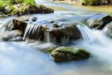 Idyllischer Wasserfall mit Stein und Fels