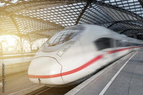 Tuinposter Spoorlijn Zug fährt durch Bahnhof