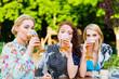 Frauen trinken Bier im Biergarten