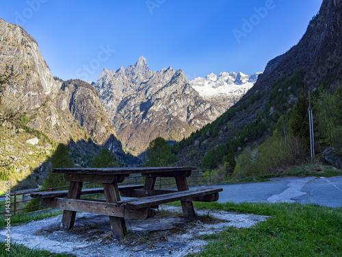 Tavolo da picnic nelle alpi Poster
