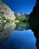 Der Obersee im Nationalpark Berchtesgaden umrahmt von steilen Bergen