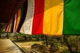 Drapeaux multicolores et jardin zen au sein du temple Chishaku-in à Kyoto