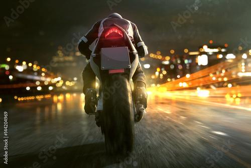 Motorrad fährt abends in der Stadt