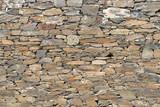 Hintergrundmotiv einer Mauer aus Natursteinen am Fluss Mosel