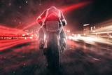 Motocykl odjeżdża wieczorem w mieście