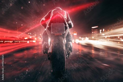 obraz PCV Motorrad fährt abends in der Stadt